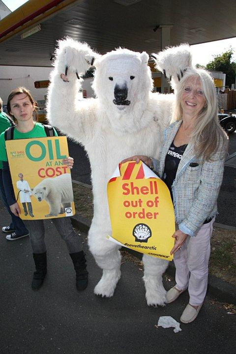 Protestors at the Purley Shell garage
