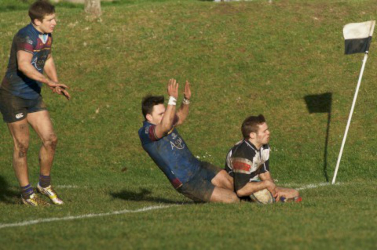 Highlight: Andy Nicholls goes over for Sutton & Epsom's only try of the day              All pictures: Dave Jackson