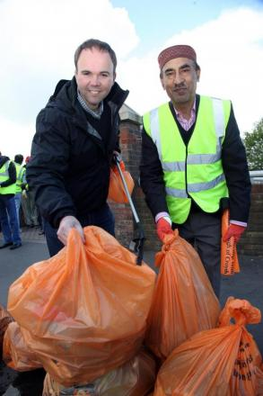 Croydon Central MP Gavin Barwell joined Ahmadiyya Muslim volunteers on a litter-pick
